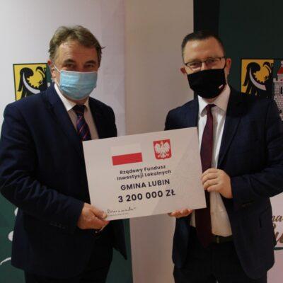Tadeusz Kielan i Krzysztof Kubów z czekiem.