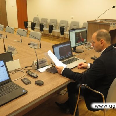 Wiceprzewodniczący za stołem prezydialnym w sali konferencyjnej.