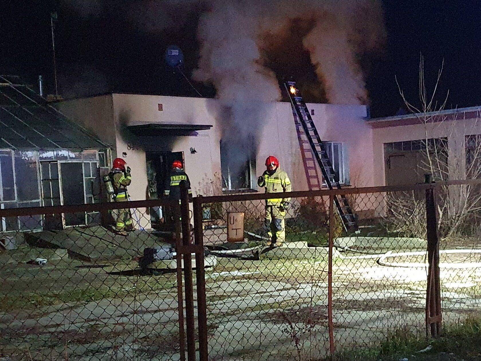 Strażacy gaszą pożar.