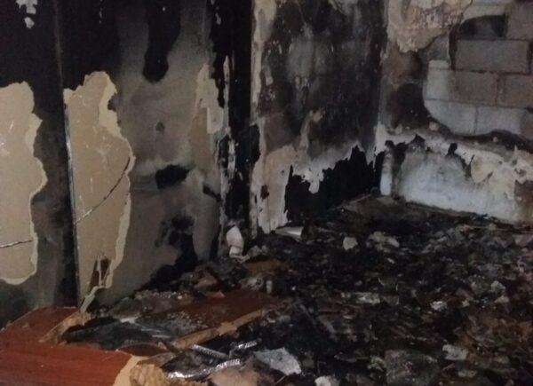 Wnętrze spalonego mieszkania.