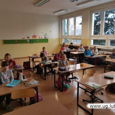Uczniowie klas I-III ze Szkoły Podstawowej im. Orła Białego w Raszówce