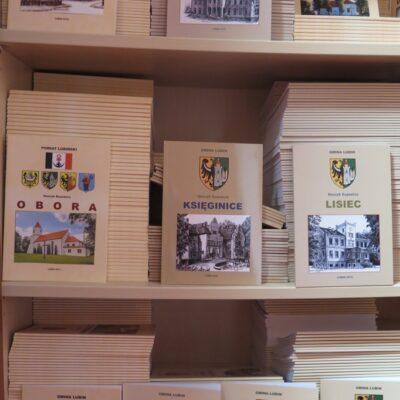 Do tej pory wydano 18 monografii.