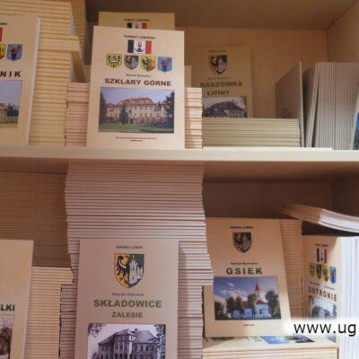Monografie są dostępne m.in w gminnej bibliotece i w szkołach.