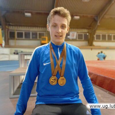 Jacek Czajkowski z dumą prezentuje dwa medale.