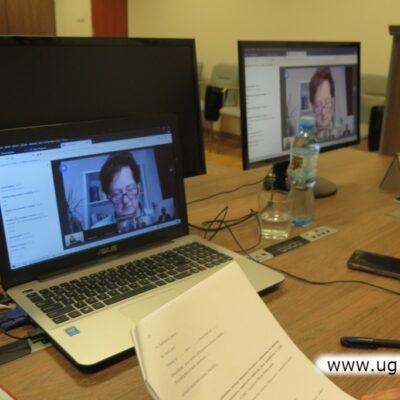 Na monitorze Zofia Marcinkiewicz, przewodnicząca komisji oświaty i kultury
