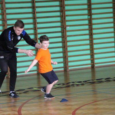 Trener pokazuje ćwieczenie.