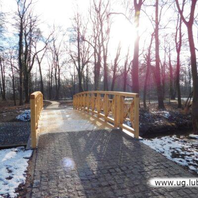 Oprócz budowy mostku wykonano także umocnienia koryta cieku w pobliżu obiektu