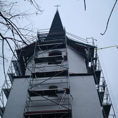 Wieża koscioła filialnego w Oborze w trakcie prac 2020 r.
