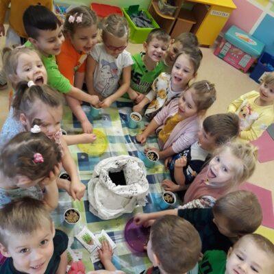 Dzieci przy stole.