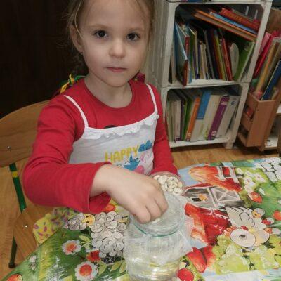 Dziewczynka sadzi nasiona.