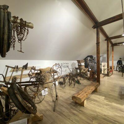 Na ekspozycji prezentowane są narzędzia od tych najprostszych - kosy, cepa czy sierpa, po urządzenia typu brona, pług czy socha.