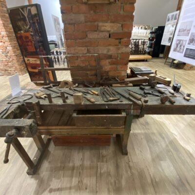Jeden z cenniejszych eksponatów - stół stolarski Jana Polnika z Obory.