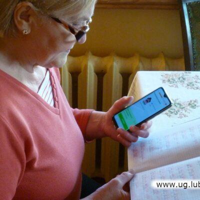 Janina Mucha jak wielu innych seniorów korzystając z aplikacji podszkala język obcy