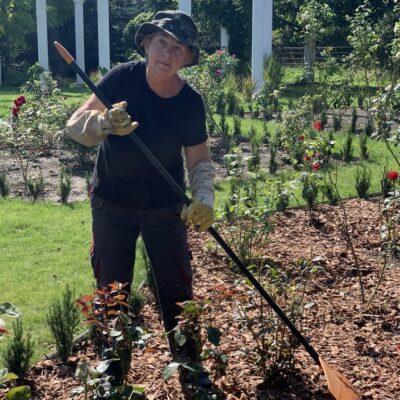 Od wczesnej wiosny do późnej jesieni każdy dzień Annie Rawskiej wypełnia praca w ogrodzie. Polecamy!