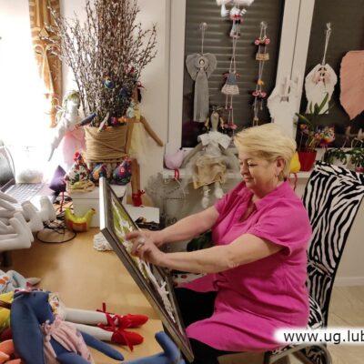 Grażyna Balewicz szyła lalki, poduszki, kwiaty. Robiła na szydełku dekoracje do kuchni. Nauczyła się także tworzyć makramy