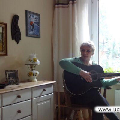 Alicja Maćkowiak oprócz prac artystycznych umilała sobie i innym czas muzyką.