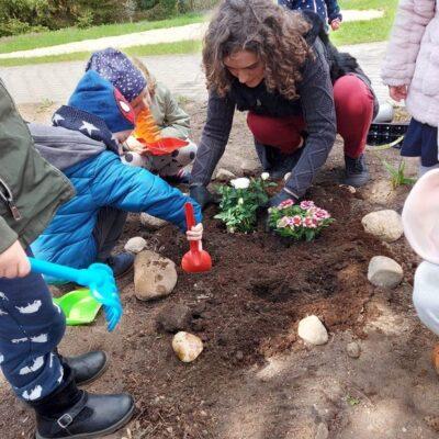 Dzieci sadzą kwiaty.