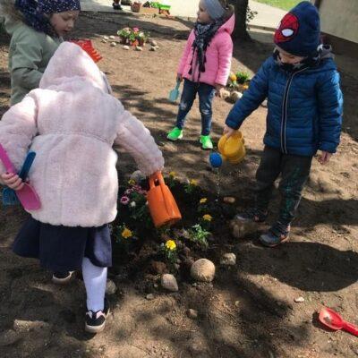 Dzieci w trakcie prac ogrodowych.
