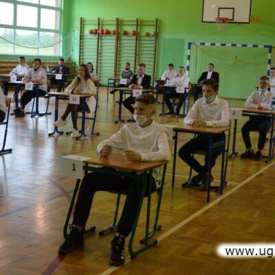 Uczniowie zdają testy w sali gimnastycznej