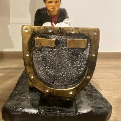 Figurka górnika pchającego wagonik.