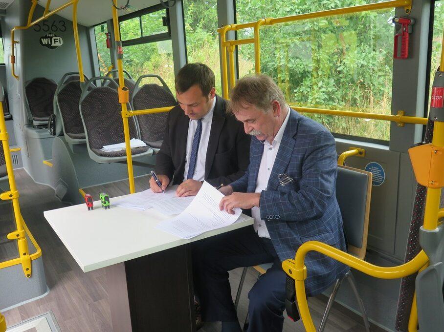 Wójy i burmistrz podpsiują porozumienie