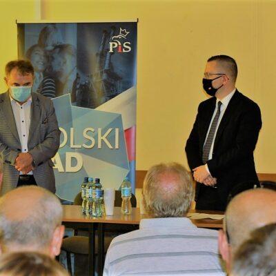 Spotkanie w Pieszkowie - wójt i minister przy stoją na tle baneru Polski Ład.
