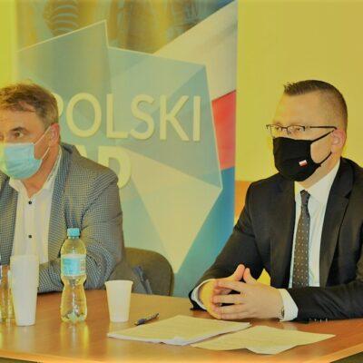 Spotkanie w Pieszkowie - wójt i minister siedzą na tle baneru Polski Ład.