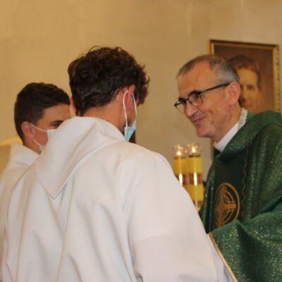Służba liturgiczna dziekuje księdzu.