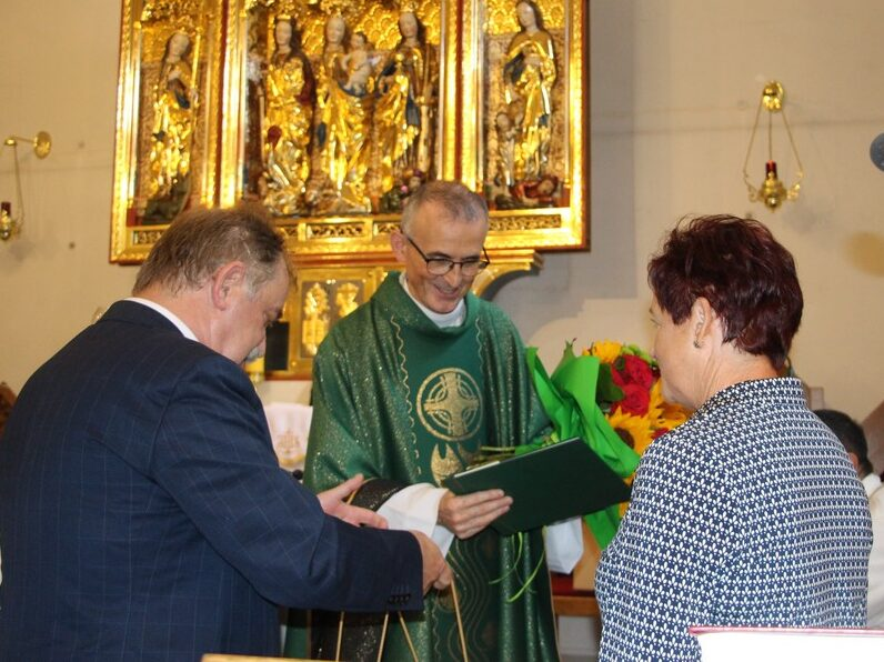 Zofia Marcinkiewicz i wójt Tadeusz Kielan dziękują księdzu.
