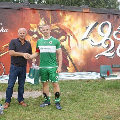 Jerzy Tadla wręcza nagrodę MVP.