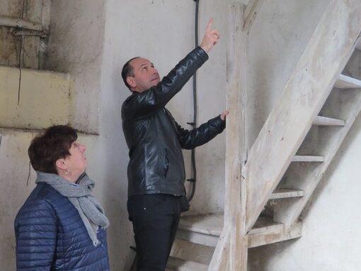 Andrzej Olek i Urszula Kurowska na schodach wieży.